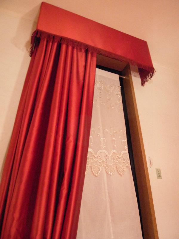 赤いカーテン プレーンバランス ウレストリム