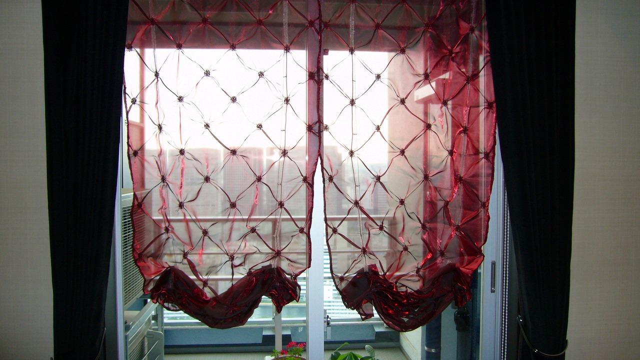 赤いレースカーテン